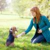 Dívka hrající si se psem